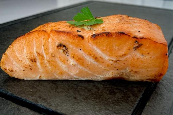 Peça de salmão grelhado