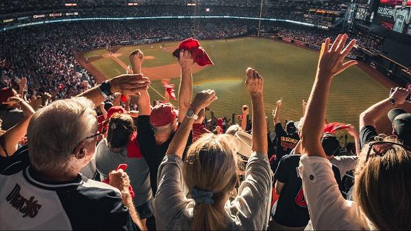Imagem de público na arquibancada torcendo durante uma partida de Beisebol