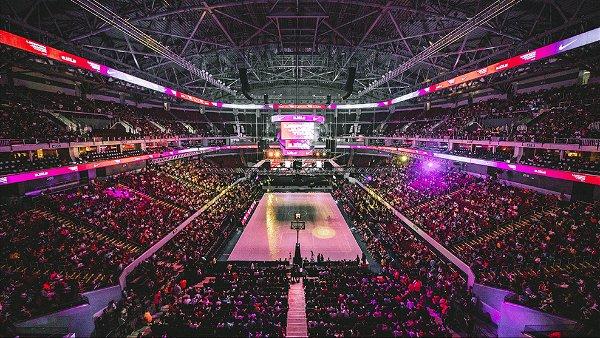 Foto de estádio lotado para jogo de basquete