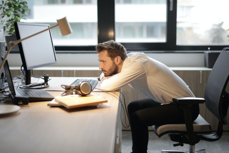 Homem com postura incorreta em escritório