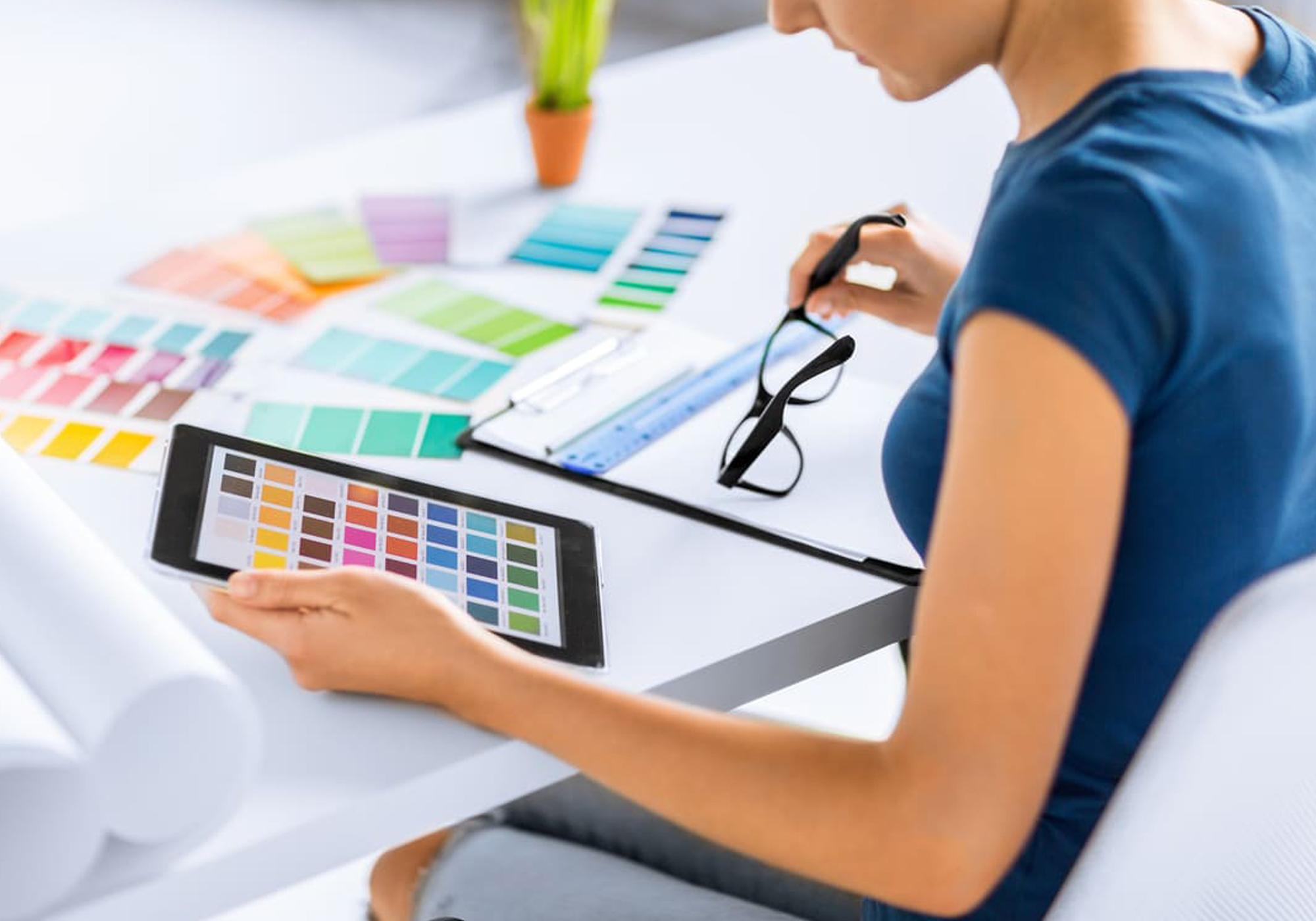 decoradora analisando paleta de cores